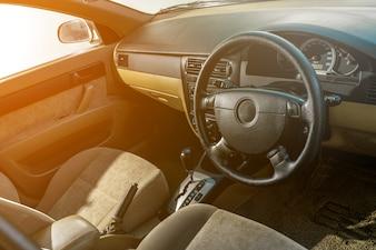 Rechtslenker-Automatikgetriebe auf Konsole im alten Auto