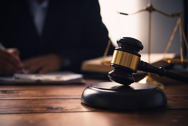 Rechtsthema, richterhammer, strafverfolgungsbeamte, evidenzbasierte fälle und berücksichtigte dokumente.