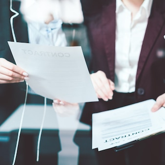 Rechtsvertrag und büropapiere diskussion. geschäftslebensstil. kommunikation von rechtsanwältinnen. büroatmosphäre