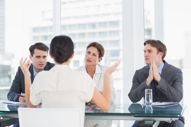 Recruiter, die den kandidaten während des vorstellungsgesprächs überprüfen