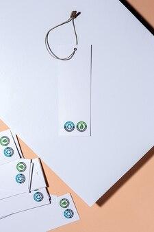 Recycelbare und organische kartonetiketten mit logo