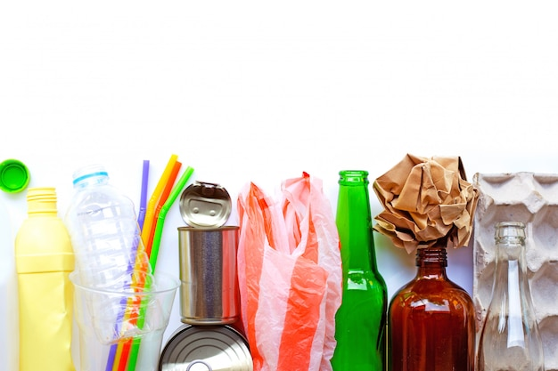 Recycelbarer müll, plastikflasche, glasflasche, dose und eierpapierfach