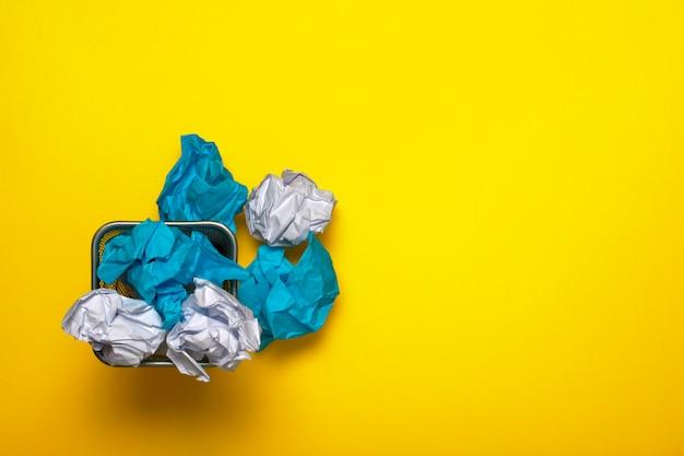 Recyceln. zerknittertes papier im mülleimer