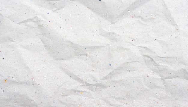 Recycelter weißer zerknitterter papierhintergrund oder kartonoberfläche aus einer papierschachtel zum verpacken.