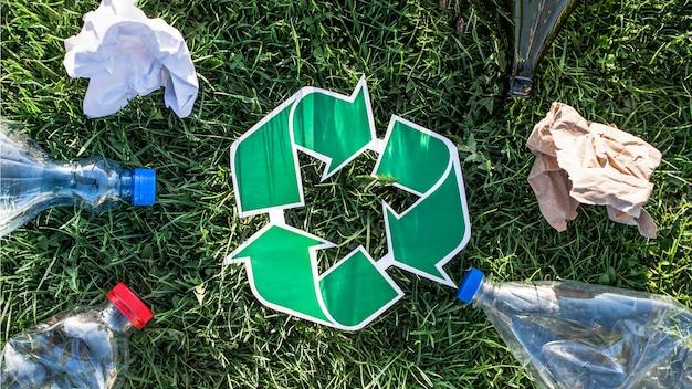 Recycling-hintergrund mit recycling-zeichen und müll