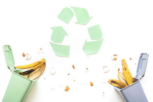 Recycling logo und mülleimer