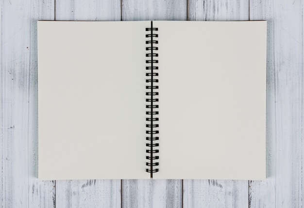 Recycling-notizbuch auf weißem vintage holztisch, draufsicht