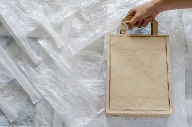 Recycling-öko-papiertüte auf weißem kunststoff. wiederverwenden sie und bereiten sie für weltumweltkonzept auf.