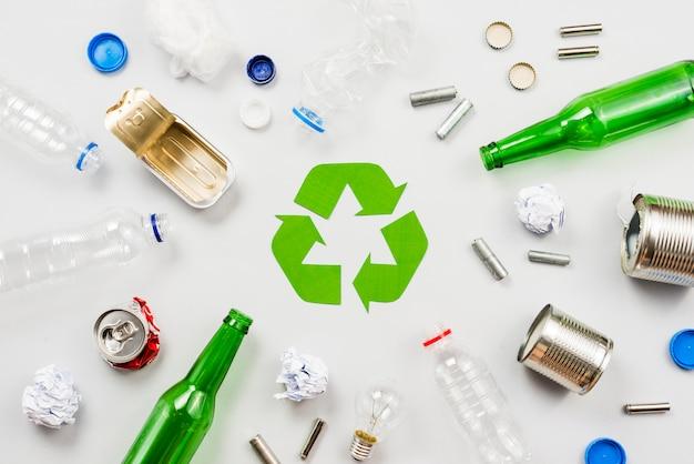 Recycling-symbol und sortierter müll