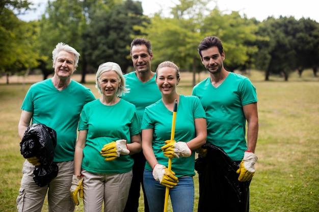 Recycling-teammitglieder stehen im park