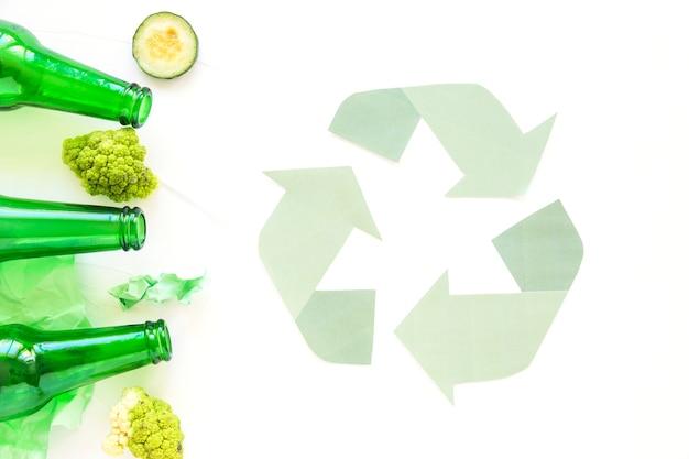 Recycling-zeichen mit müll