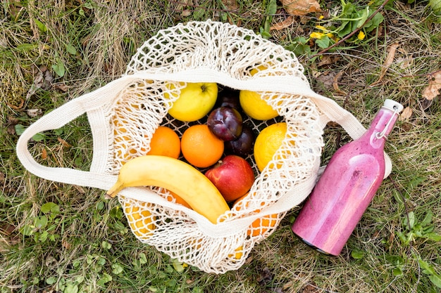 Recyclingbeutel und smoothie auf gras