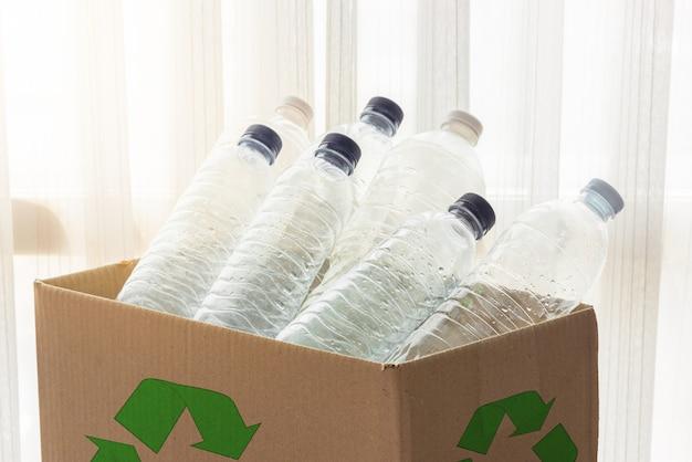 Recyclingbox mit durchsichtigen kunststoffbehältern gefüllt