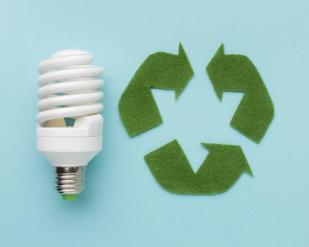 Recyclingschild mit glühbirne