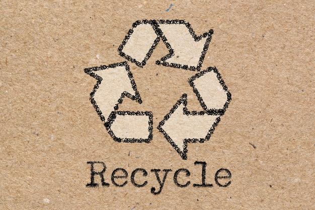 Recyclingsymbol auf brauner kraftpapierbeschaffenheit oder -hintergrund
