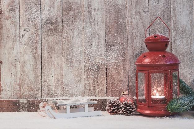 Red antike lampe mit einer brennenden kerze