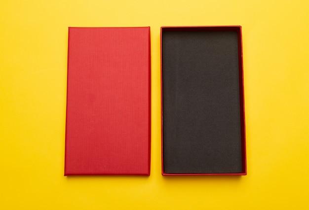 Red box produktverpackung isoliert auf gelbem hintergrund