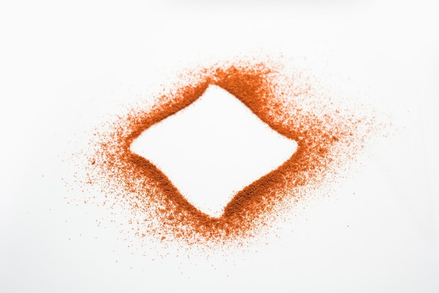 Red chilli oder lal mirch pulver bilden die äußere ringform