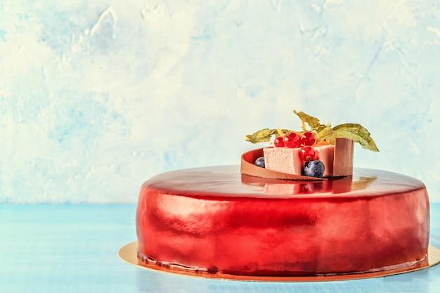 Red cream icing cake mit früchten und schokolade