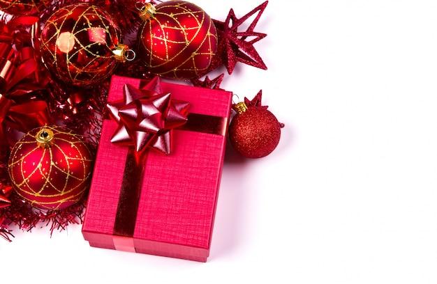 Red geschenk-box mit weihnachtsschmuck