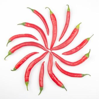 Red hot chili peppers auf weißem hintergrund. vitamin pflanzliches essen