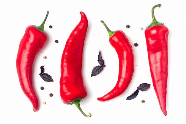 Red hot chili peppers auf weissem untergrund,