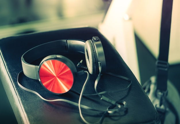 Red music kopfhörer auf fitness-workout-bank für musikmotivation und inspiration im sportkonzept.
