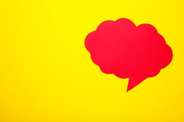 Red paper sprechblasen auf gelb