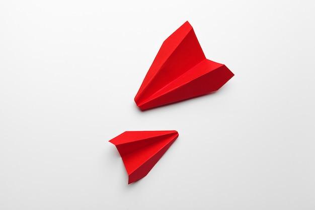 Red papier origami flugzeug. transport- und geschäftskonzept