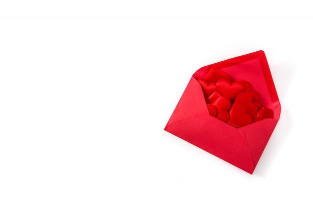 Red papierumschlag mit herzen innen isoliert auf weißem hintergrund valentinstag konzept copy space