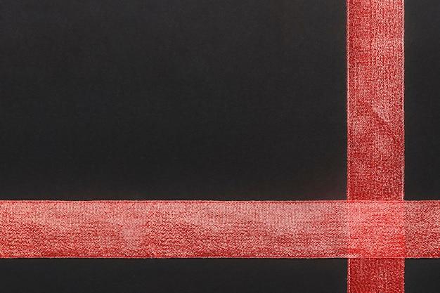Red ribbon auf dem tisch