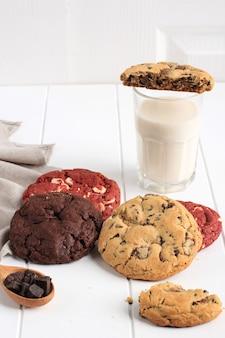 Red velvet und white chocolate chip cookies, soft cookie, serviert mit milch. konzept weiße bäckerei