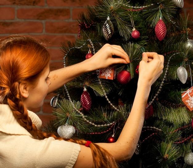 Redhair glückliche frau mit geschenken