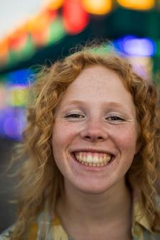 Redheaded mädchen der nahaufnahme am funfair