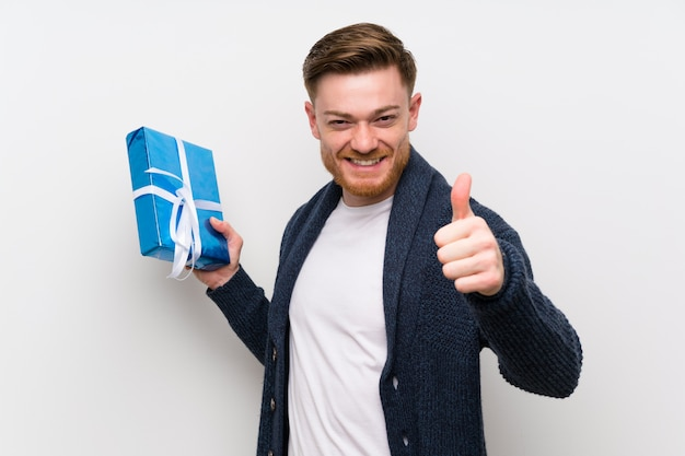 Redheadmann, der ein geschenk anhält