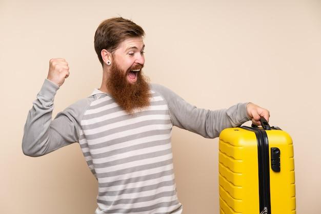 Redheadmann mit dem langen bart, der einen weinleseaktenkoffer anhält