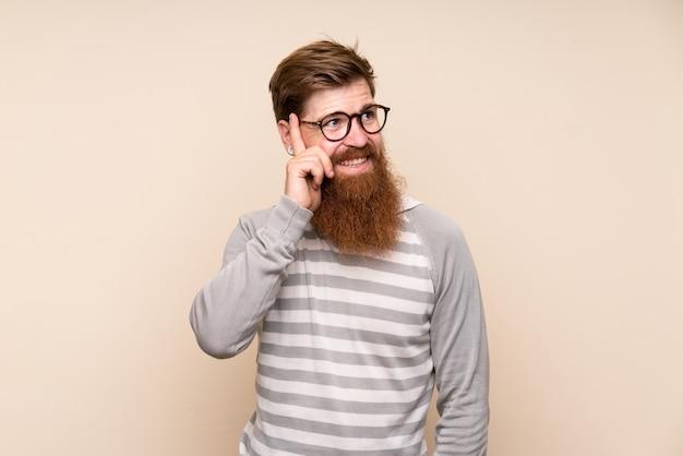 Redheadmann mit langem bart mit gläsern