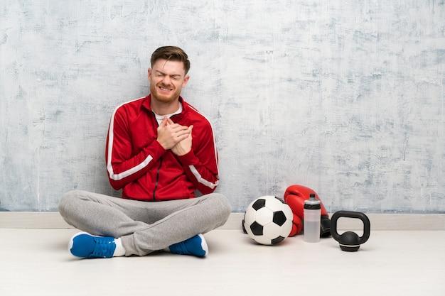 Redheadsportmann, der schmerz im inneren hat