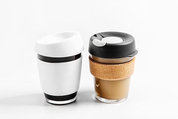 Reduzieren sie den abfall von kaffeetassen zum mitnehmen mit mehrweg-kaffeebechern! kein verlust. nachhaltiges lifestyle-konzept.
