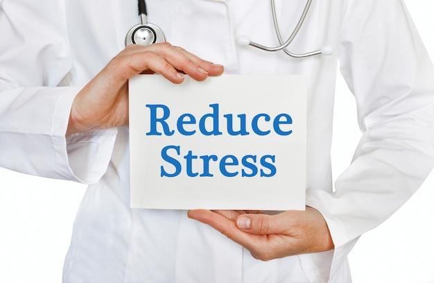 Reduzieren sie die stresskarte in den händen des arztes