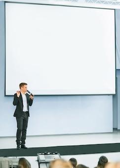 Referent auf der geschäftskonferenz und präsentationsdiskussion des geschäftsplans