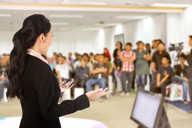 Referent bei konferenz und präsentation