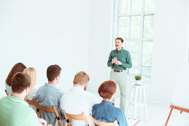 Referent beim geschäftstreffen im konferenzsaal. business- und entrepreneurship-konzept.