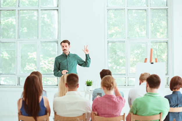 Referent beim geschäftstreffen im konferenzsaal.