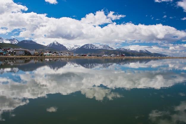 Reflektierendes stadtbild von ushuaia in feuerland
