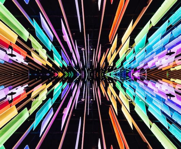 Reflektierte transparente paneele in regenbogenfarben mit led-lichtern.
