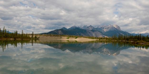 Reflexion der berge in jasper lake, jasper-nationalpark, alberta, kanada