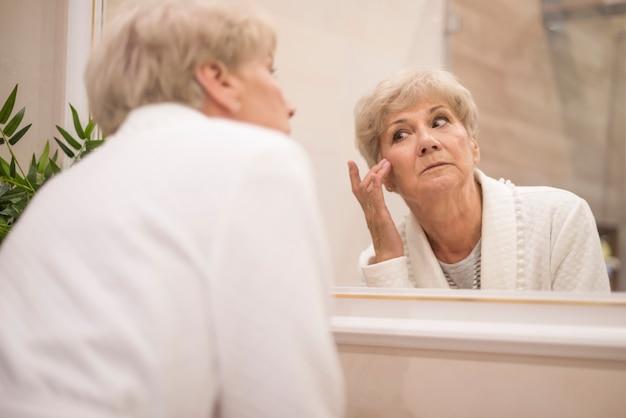 Reflexion der federfrau im spiegel