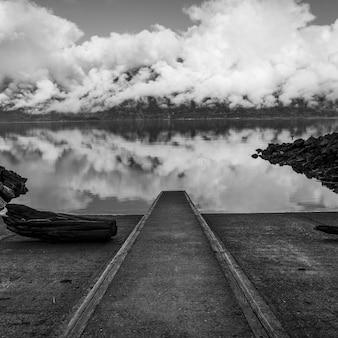 Reflexion der wolken im wasser, pelz-nebenfluss, britisch-columbia, kanada