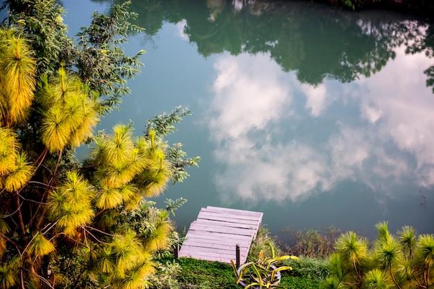 Reflexion der wolkenlandschaft auf der oberfläche des flusses